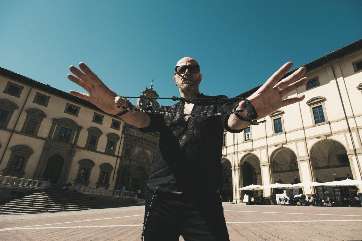 Pau, the frontman of Negrita testimonial for Arezzo on Spotify